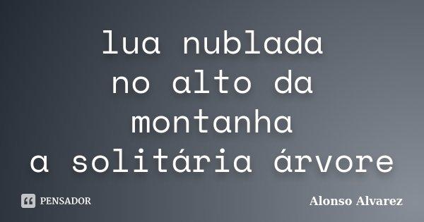 lua nublada no alto da montanha a solitária árvore... Frase de Alonso Alvarez.