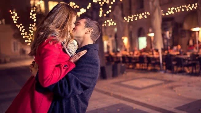 Casal beijando, diferenças entre amar e gostar