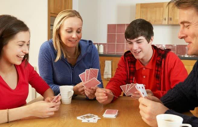 Família jogando cartas