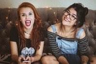 84 frases para legendar as fotos com suas amigas!