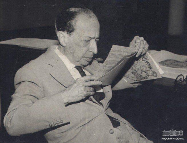 Manuel Bandeira lendo um jornal