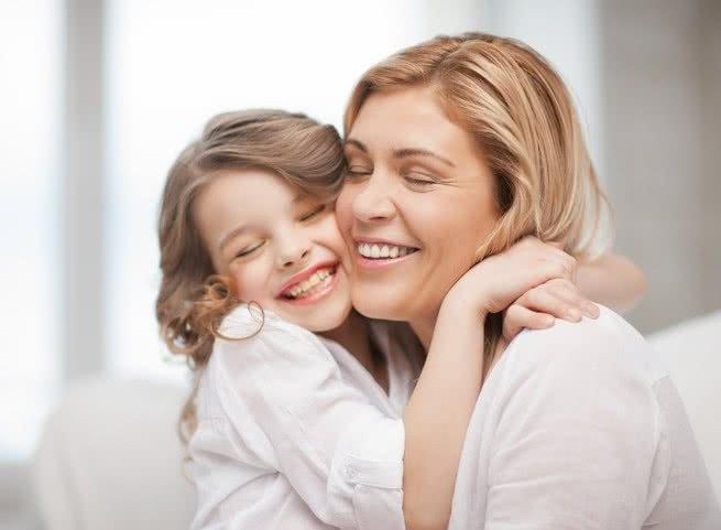 Mulher abraçando criança