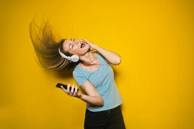Escute músicas felizes