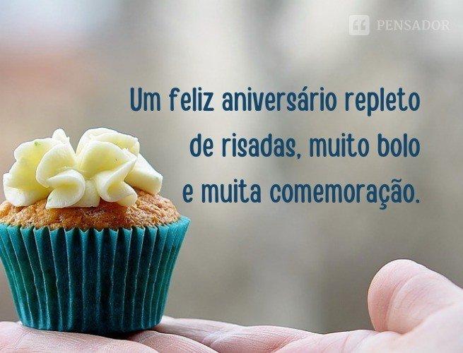 Um feliz aniversário repleto de risadas, muito bolo e muita comemoração.