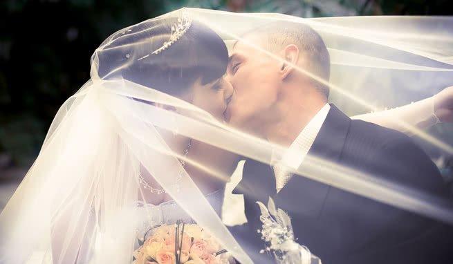 Casal beijando casamento
