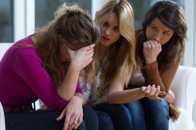 Menina deprimida e amigas