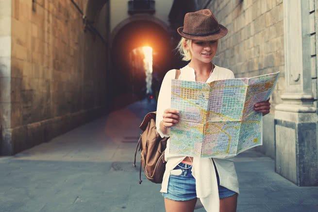 mulher com mapa