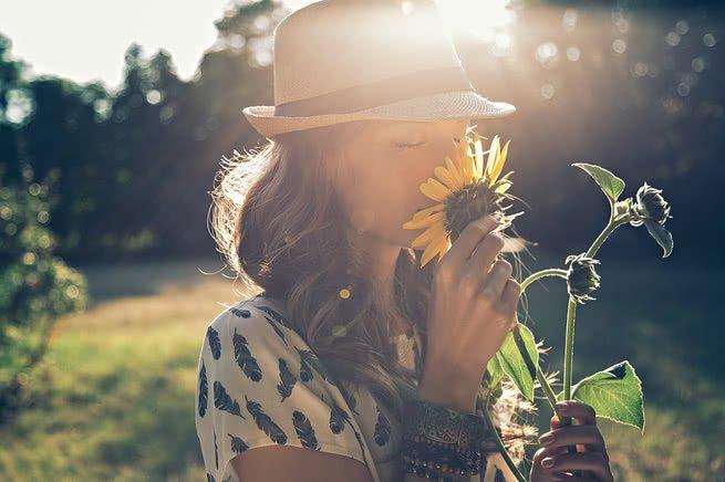 cheirando flor