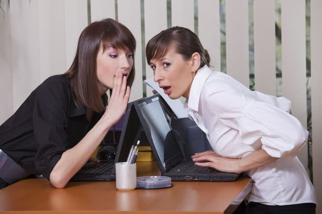 mulheres no trabalho fofocando