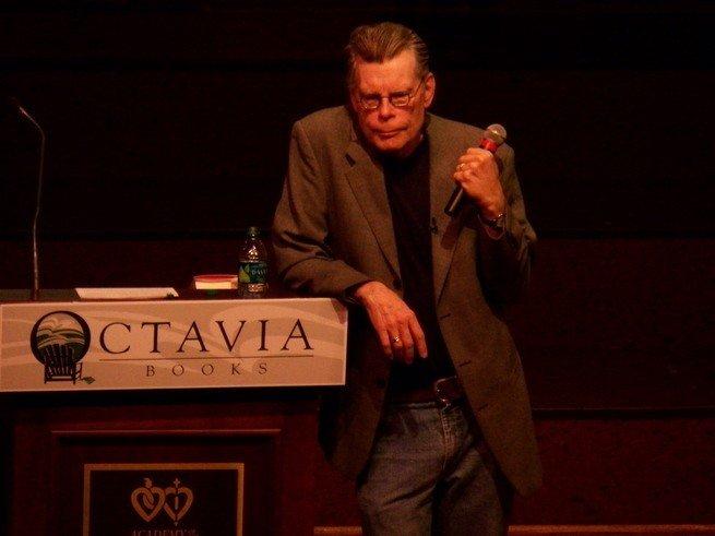 Stephen King discursando num evento literario, em 2011.